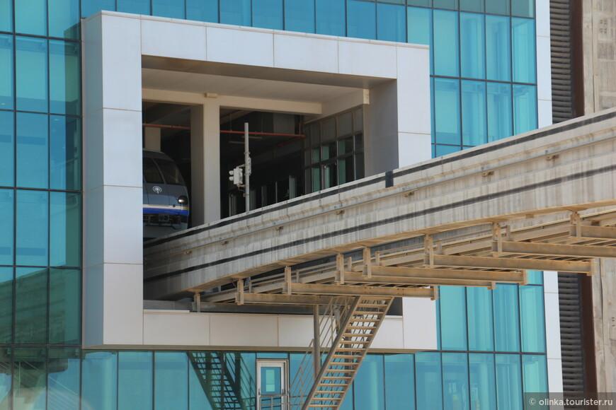 Монорельс Дубая, открылся в 2009 году. За 5 минут можно доехать от основания острова до станции Atlantis. Мы же ехали на экскурсионном автобусе хоп-он хоп-офф.