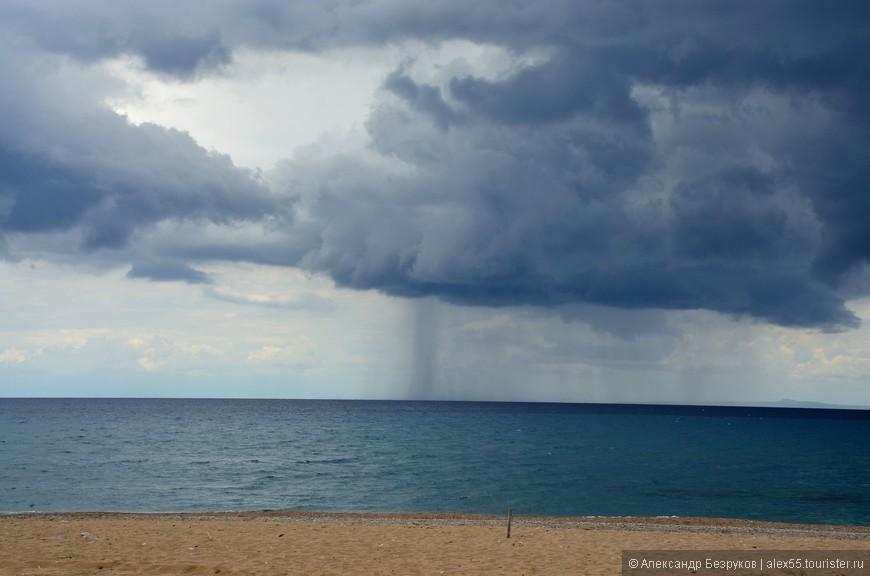 В море идет дождь.