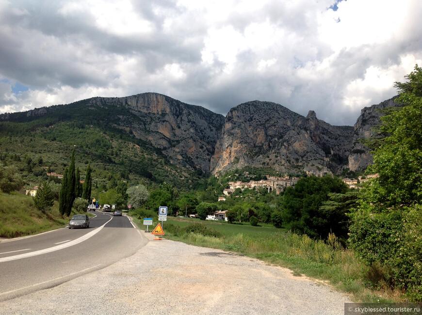 подъезжаем к Мустье- Сен-Мари. Обожаю горы, виды тут потрясающие!
