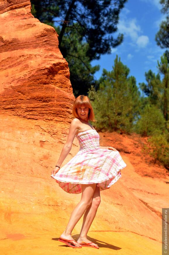 утесы охры, тело, волосы и платье - все почти одного цвета )