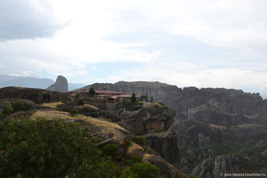 Когда поднимаешься в монастыри, действительно можно увидеть, что скалы довольно гладкие и похожи на отшлифованные водой и впоследствии ветром.