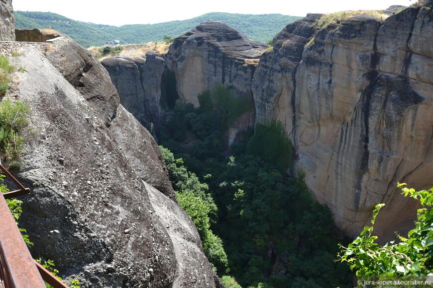 Посреди Фессалийской равнины вырастают скалы до 600 метров, на вершинах которых расположились монастыри. Когда-то их было 24, самый расцвет монастырей Метеор был в 16 веке.