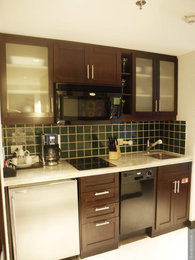 Тут же удобная кухня с посудомойкой, плитой и холодильником