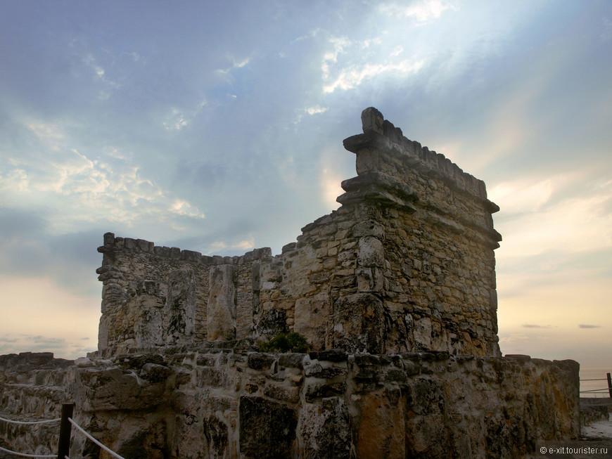 На территории отеля есть древние развалины, аккуратно перевезенные сюда