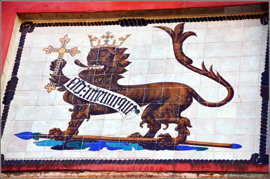 Этот керамический лев красуется на воротах Алькасара.