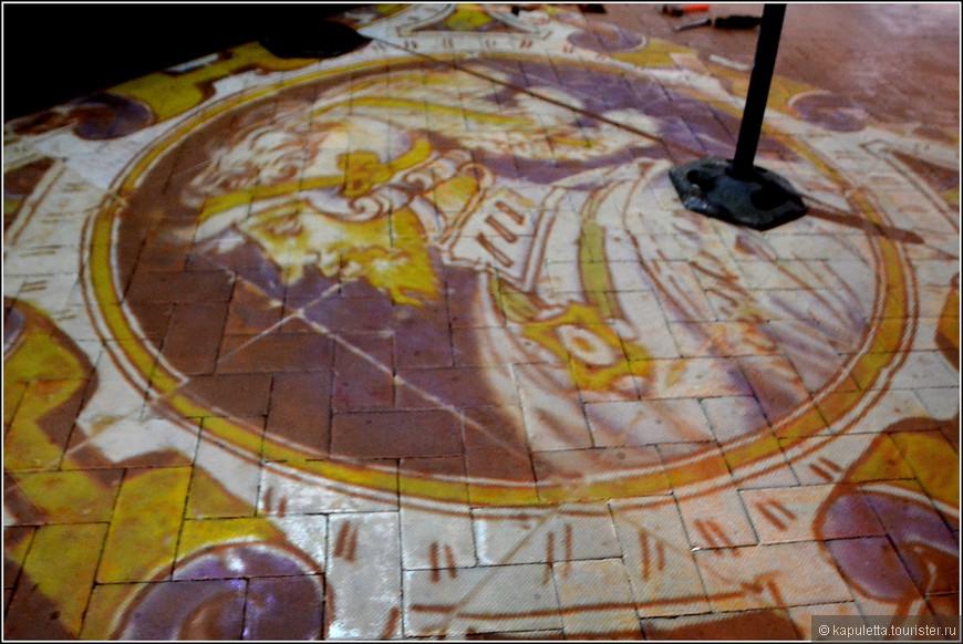 На полу демонстрируется фильм о тех шедеврах, которые были созданы в Севилье. Они сохранены для потомков.