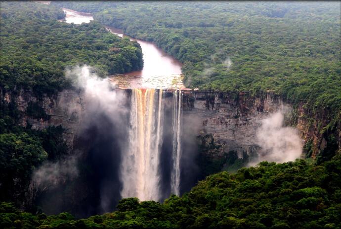 Главной природной достопримечательностью Гайаны является водопад Кайетур. В ноябре 2013 года с группой туристов из России мне посчастливилось его посетить и увидеть с близкого расстояния.