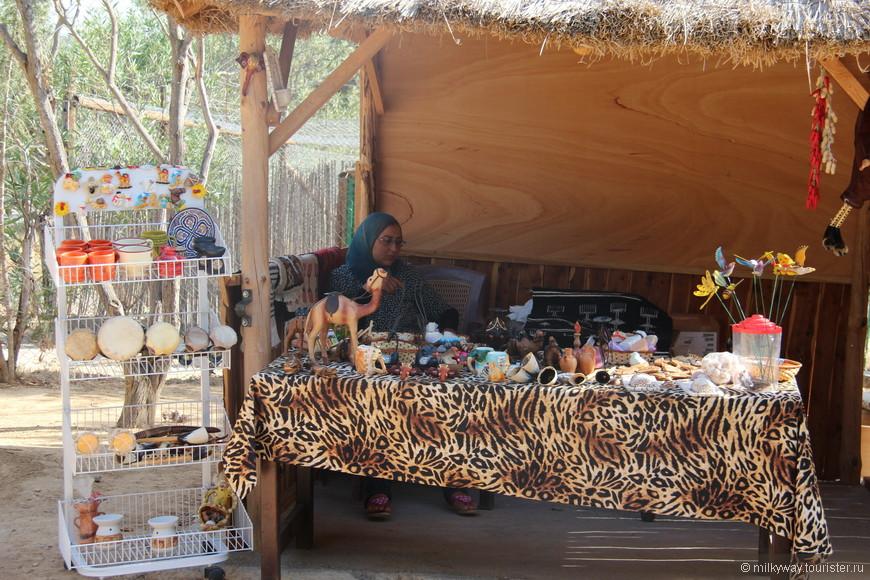 Небольшая сувенирная лавка на территории зоопарка.Цены завышены но приемлемы.