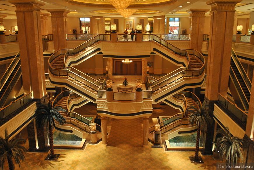Недалеко от нашего отеля находился Emirates Palace, решили его посетить. Emirates Palace в Абу-Даби (ОАЭ) включен в Книгу рекордов Гиннесса как самое дорогое место в мире для проведения отпуска.На строительство было потрачено $3 млрд. и 2 тонны золота. Видели и автомат, продающий золотые слитки.
