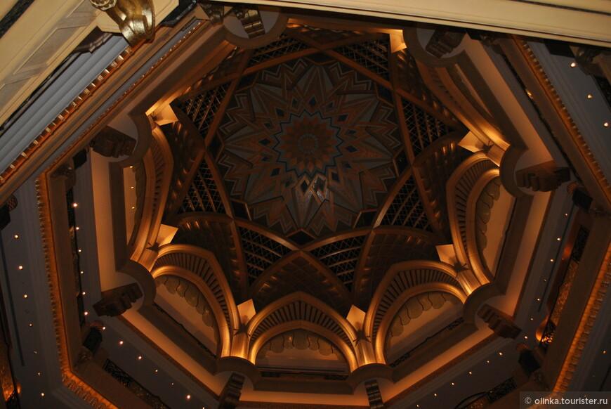 Купол Emirates Palace. Строительством отеля занимались 20 000 рабочих в течение 3 лет. Отель принадлежит правительству Абу-Даби, а управление осуществляет сеть Kempinski. В отеле 1 002 люстры, самая большая из которых весит 2,5 тонны. Для украшения отеля используются десятки тысяч роз!