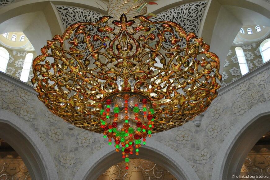 В мечети висит самая большая люстра. Семь медных позолоченных люстр были импортированы из Германии. Самая большая люстра имеет 10-метровый диаметр и 15-метровую высоту.