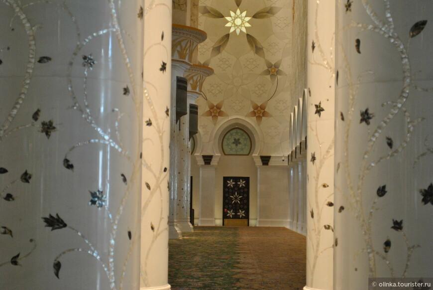 Самые большой в мире иранский ковер.Площадь ковр — 5627 квадратных метров, над ним трудились приблизительно 1200 ткачей, 20 технических групп и 30 рабочих. Вес этого ковра 47 тонн — 35 тонн шерсти и 12 тонн хлопка. В структуре ковра 2 268 000 узлов.