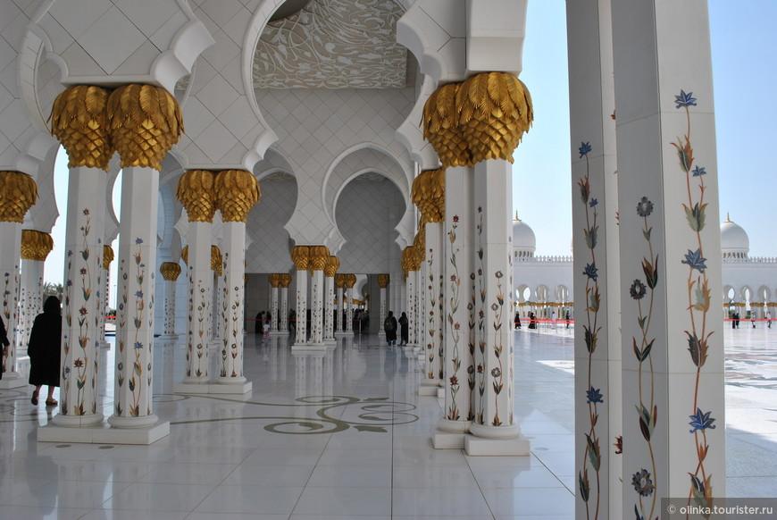 Вместимость мечети – 40 000 человек.