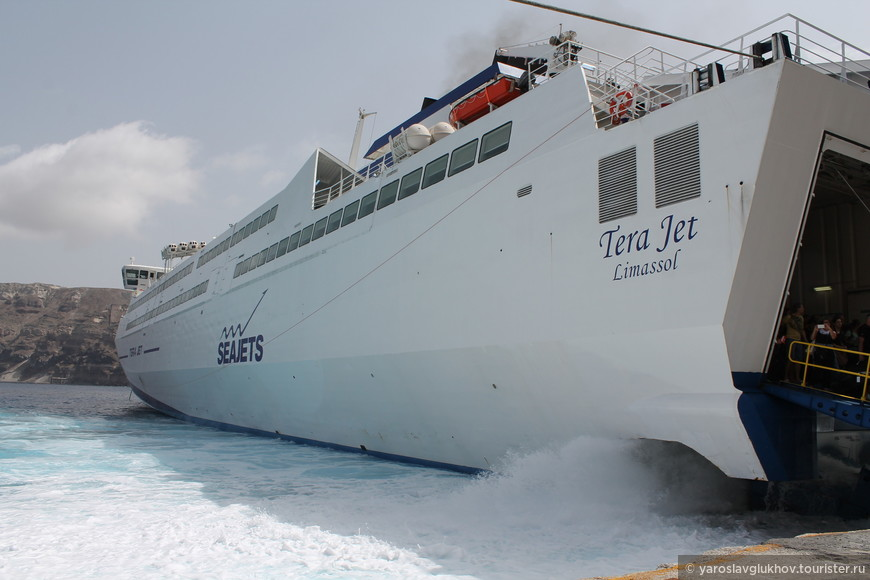 Корабль, на котором большая часть туристов приплывает на остров Санторини.