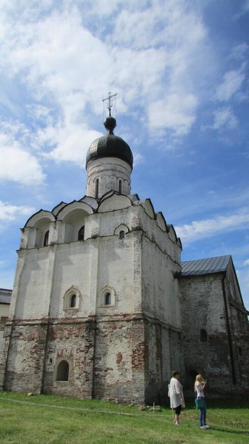 Церковь Благовещения. Была построена в 1530-1531 годах на вклад великого князя Василия III в связи с рождением  после царского богомолья в Белозерье наследника Иоанна IV.