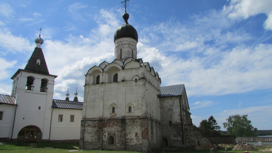 Колокольня и церковь Благовещения.