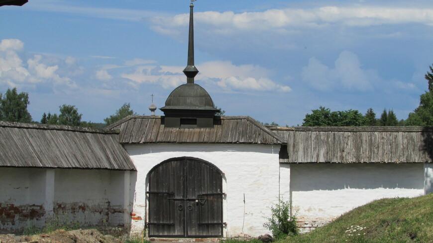 Ограда. Небольшая территория монастыря обнесена невысокой оградой с двумя угловыми башенками и тремя воротами.