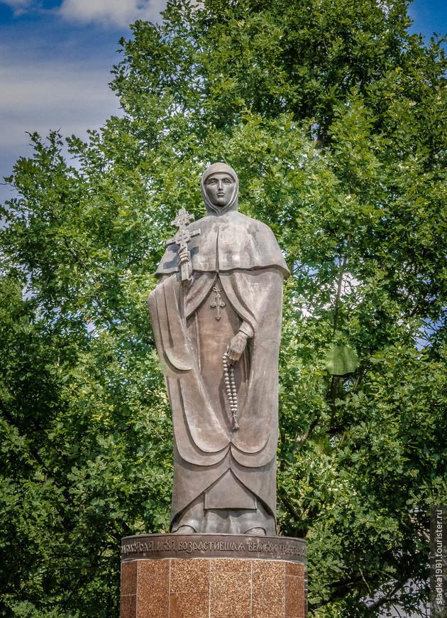 Памятник Ефросинии Полоцкой.