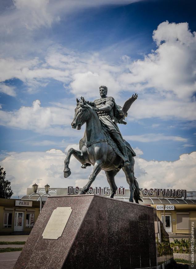 Памятник полоцкому князю Всеславу Чародею.