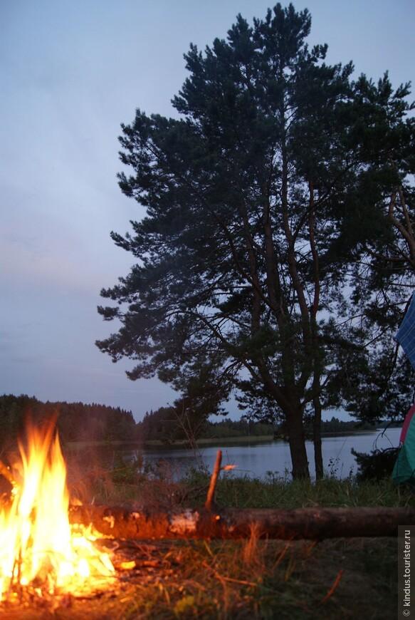 Чтобы наполниться этой энергией, этой красотой, нужно провести на берегу озера дня два-три. В палатке, наедине с природой.