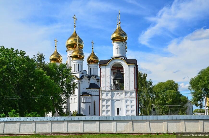 Свято-Никольский женский монастырь. Монастырь был основан предположительно в 1348 году. Основателем его стал Дмитрий Прилуцкий, ученик преподобного Сергия Радонежского, не раз посещавшего Никольскую обитель. В 1382 году деревянные строения монастыря были разрушены татарами, в Смуту — литовцами и поляками. В конце ХVII — середине ХVIII столетия на монастырской территории появились каменные строения, в том числе ограда, шатровая колокольня 1693 года и Никольский собор 1721 года. Эти постройки разобрали в первые десятилетия советской власти. До настоящего времени уцелели лишь две церкви — Благовещения и надвратная Святых Апостолов Петра и Павла середины ХVIII столетия.