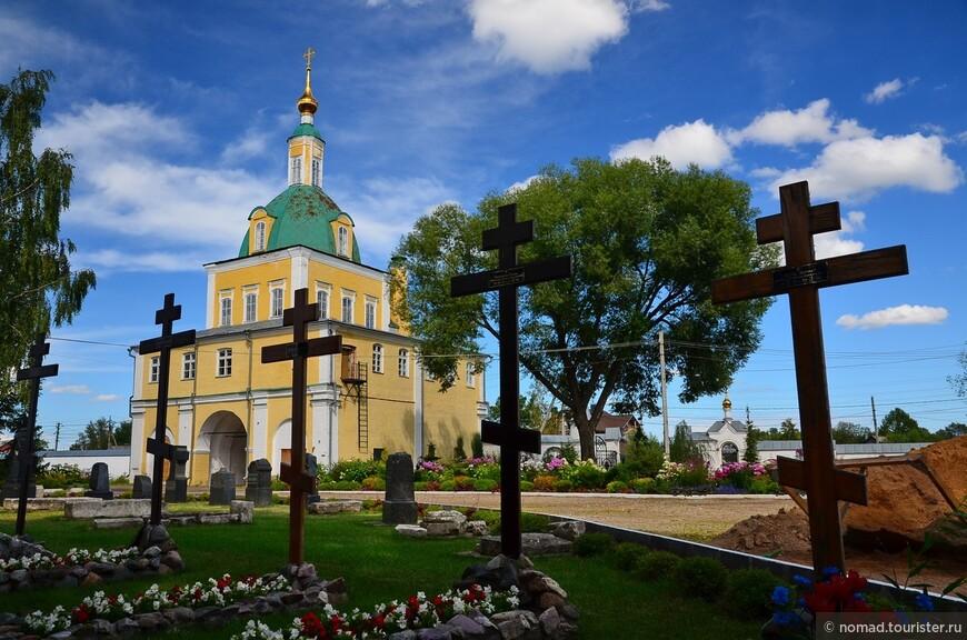Никольский монастырь. Святые врата с надвратной церковью свв. апостолов Петра и Павла.