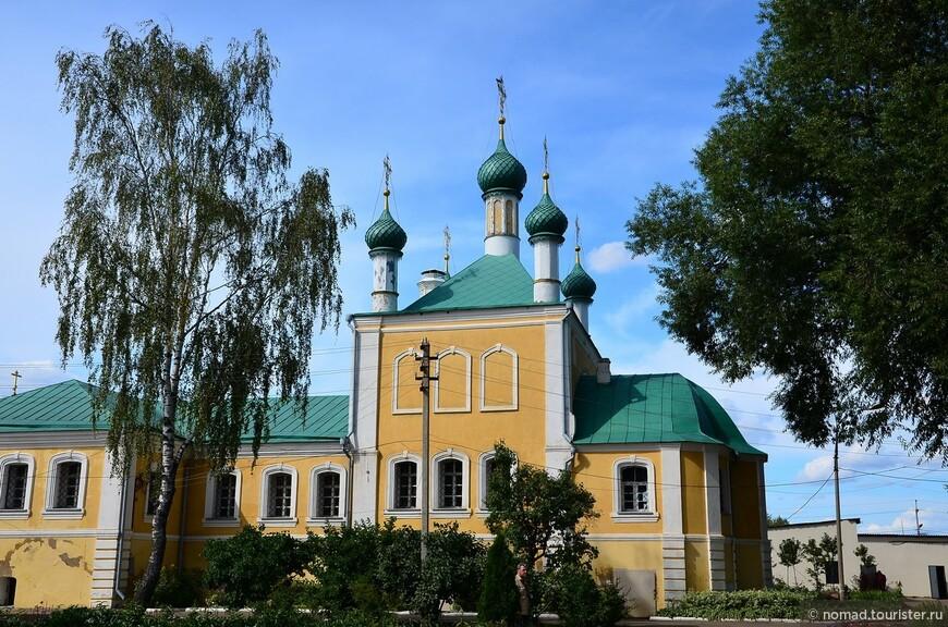 Никольский монастырь. Благовещенская церковь. При Алексее Михайловиче в 1643—1645 годах (частично на средства патриарха Иосифа) была возведена сохранившаяся до наших дней Благовещенская церковь с двухэтажной трапезной палатой и шатровой колокольней