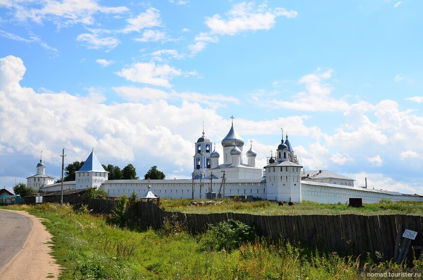 Никитский монастырь. Вид с дороги, ведущей к озеру