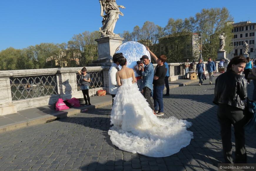 Нам удалось стать свидетелями  фотосессии жениха и невесты  из Японии. Все это действо длилось несколько часов  с использованием  большого количества разной техники.