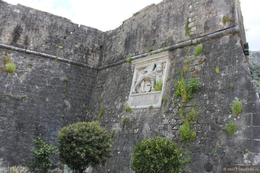 Если я правильно понял то это герб Котора, времен Венецианской республики.
