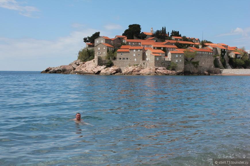 Остров Свети Стефан и какой-то идиот (я) купающийся в Адриатике 12 апреля.... при температуре воды в +14 градусов.