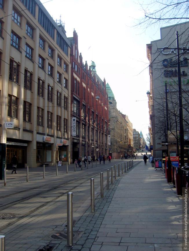 В Финляндии вообще и в Хельсинки в частности очень аккуратные водители. Наблюдала случай: дети играли в футбол и мяч вылетел на проезжую часть, ВСЕ автомобили остановились и ждали, когда ребенок подбежит, заберет мяч и вернётся на поле.