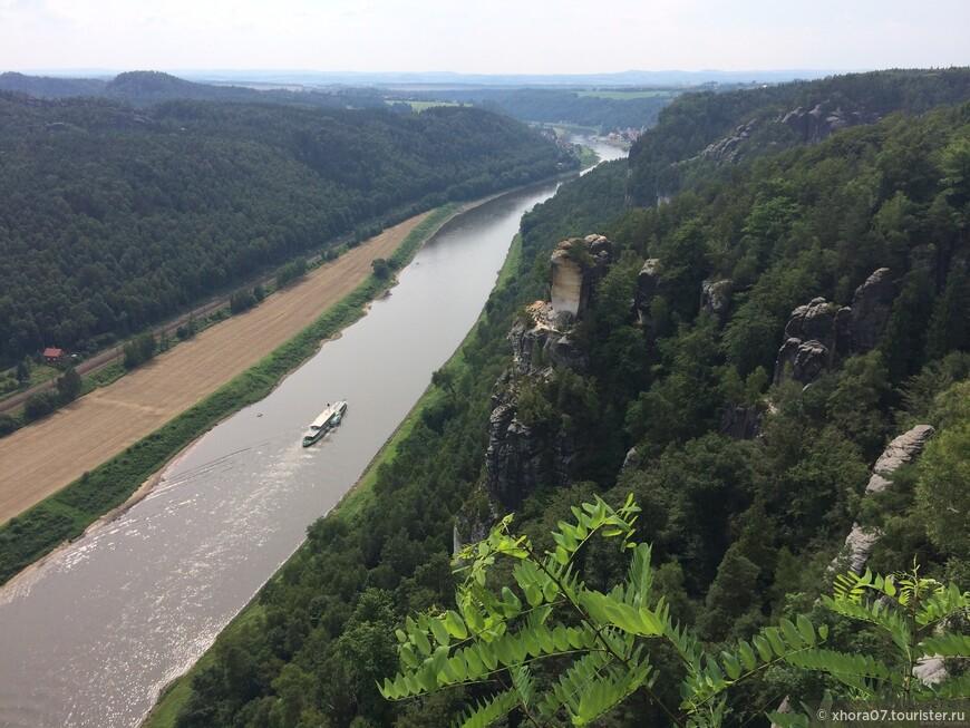 Бастай , возвышается над уровнем реки Эльба на 195 метров , внизу виден один из прогулочных пароходов , курсирующий маршрутом Дечин - Дрезден .