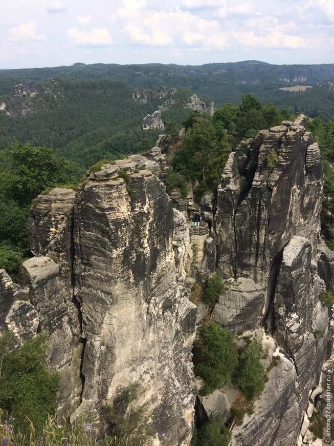 Скалы , которые Вы видите , когда то были оборонительным кольцом скального замка Нойратен .