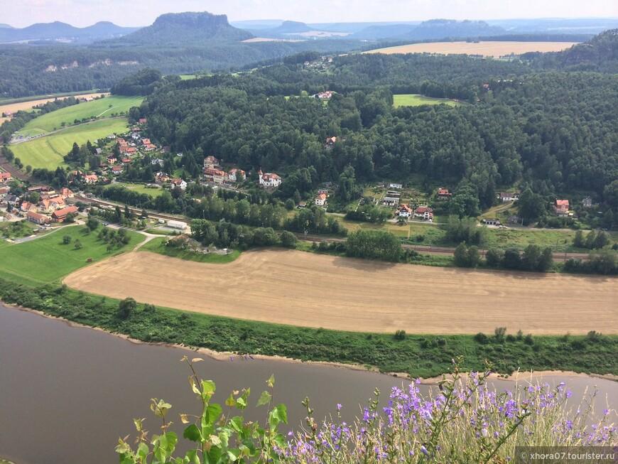 """Шикарный вид на окружающий ландшафт с Бастай , также обратите внимание на столовые горы , которые видны вокруг , на одной из них , в центре , находится славно известная крепость """" Кенигштайн """" ."""