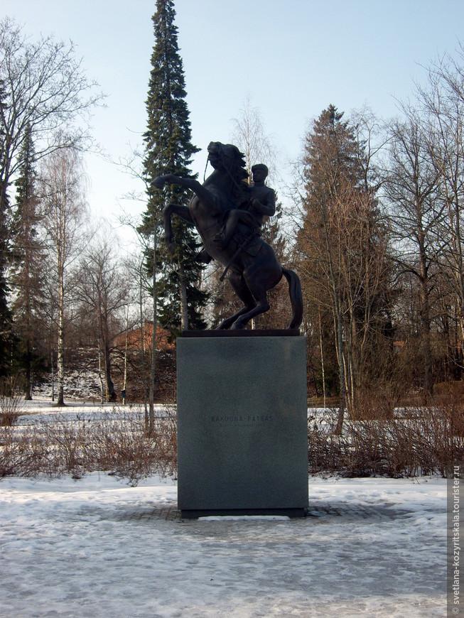 Памятник драгуну