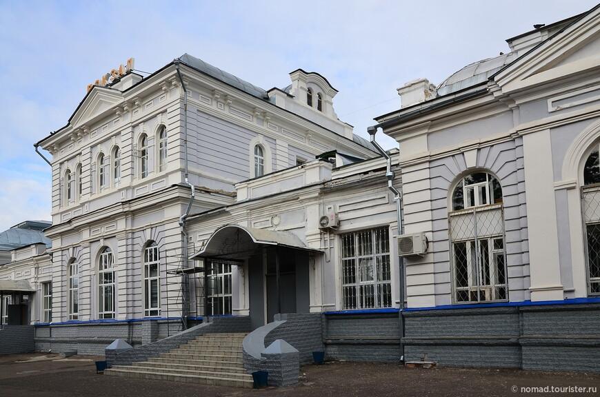 Александровский вокзал. Строительство комплекса железнодорожной станции началось в 1870 году. Уже спустя три года здесь открылось движение поездов, а в 1896 году, после того, как от Александрова была протянута ветка в Кольчугино, станция стала узловой.  Новый кирпичный вокзал взамен старого деревянного был построен в 1903 году.