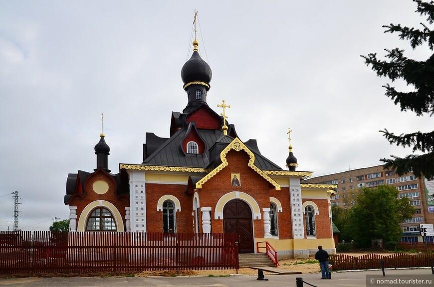 Церковь Серафима Саровского в Александрове. Церковь Серафима Саровского была построена в 1904-1905 годах в псевдорусском стиле. Она относилась к большому вокзальному комплексу. Нарядная кирпичная церковь была украшена кокошниками, резными деталями декора. В советское время церковь была изуродована до неузнаваемости, лишилась главки и части украшений, был полностью перестроен интерьер. Вплоть до 2003 года в ней размещалась столовая ОРСа и магазины. Сейчас храм отреставрирован, заново освящен в 2007 году и в нем снова ведутся богослужения.