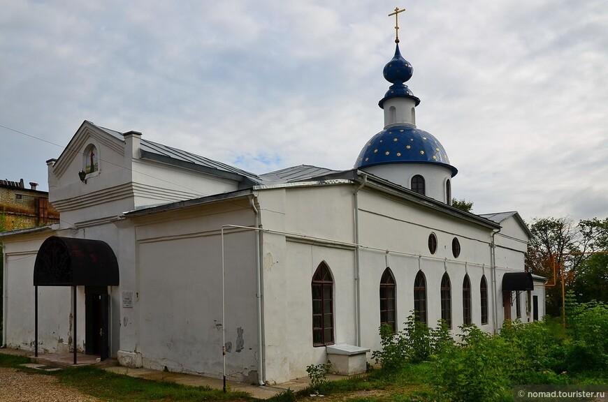 Церковь Иконы Божией Матери Боголюбской. Боголюбская церковь была построена на городском кладбище в 1800 году. В 1824 году были пристроены приделы трапезной. В советское время была снесена колокольня церкви, восстановленная в начале XXI века. На месте кладбища был устроен рынок. Сейчас церковь отреставрирована и снова действует.