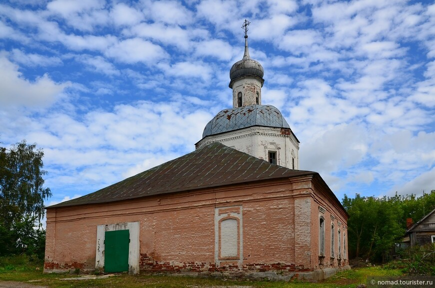 Церковь Спаса Преображения. Церковь у стен Александровского кремля была построена в 1742 году. Первоначально здесь находилась пара церквей – «теплая» и «холодная». «Теплая» (зимняя) церковь была деревянной и была освящена в честь свв. Бориса и Глеба. Каменная «холодная» церковь в стиле барокко первоначально носила имя свв. Захария и Елизаветы. В 1790-1795 годах к церкви была пристроена трапезная с южным приделом, расширена алтарная часть.