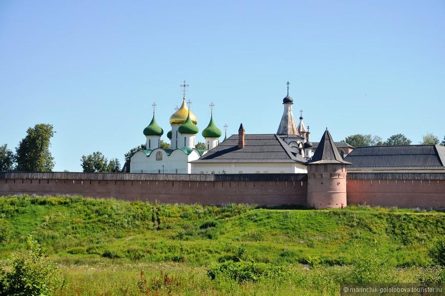 Спасо-Евфимиевский монастырь был возведен в Суздале в середине 14 века как оборонительное сооружение. Крепкие стены обители сохранились и до наших дней.