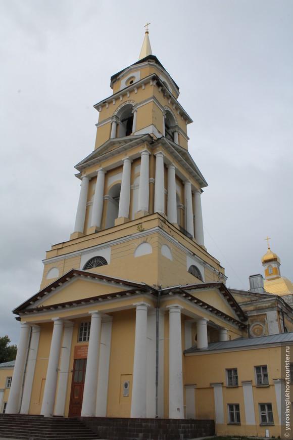 Колокольня и церковь Кафедрального собора.