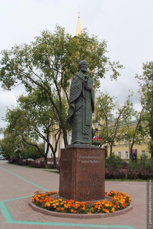 Памятник Святому Николаю Чудотворцу на фоне колокольни.