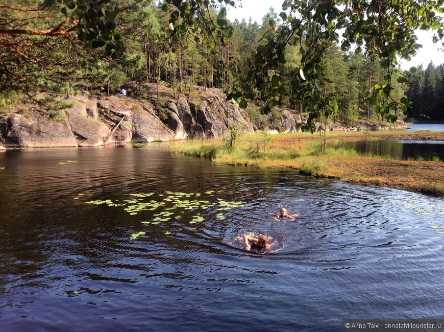 B жаркий день под +30С и после длинного пути, так  хотелелось искупнуться, даже хотя бы в Черном озере Mustalampi с черной водой...