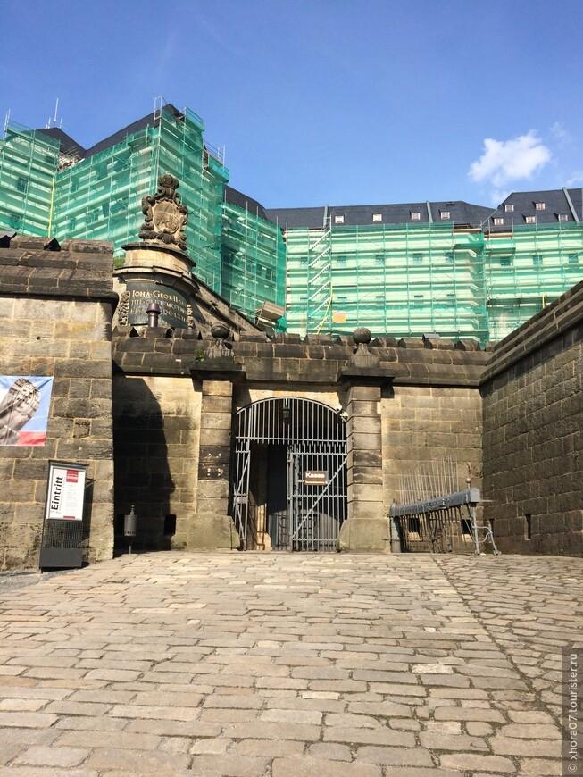 Один из входов в крепость . Крепость Кёнигштайн , Саксония , Германия .