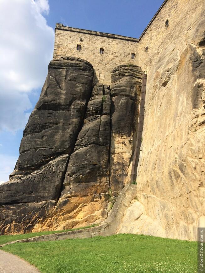 Высота стен достигает 40 метров . Крепость Кёнигштайн , Саксония , Германия .