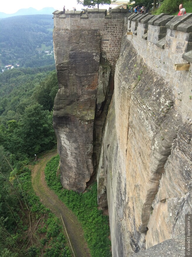 Крепостные стены , протяженность которых достигает 550 метров . Крепость Кёнигштайн , Саксония , Германия .