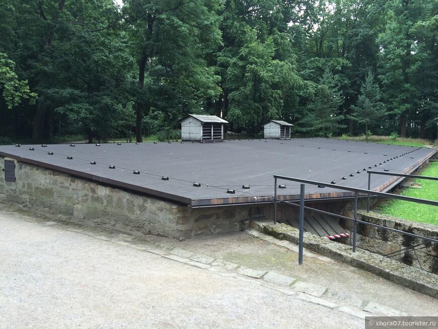 Сооружение для сбора дождевой воды , которая использовалась в хозяйственных целях . Крепость Кёнигштайн , Саксония , Германия .