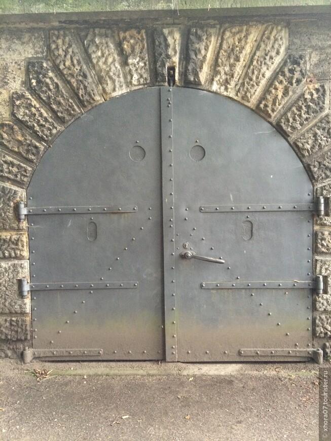 Вход в гарнизонный склад (двери выдерживали прямое попадание с пушки) . Крепость Кёнигштайн , Саксония , Германия .