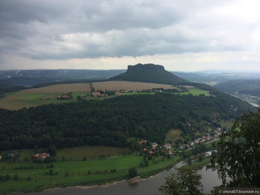 Шикарный вид с крепостных стен крепости на Эльбу и столовые горы. Крепость Кёнигштайн , Саксония , Германия .